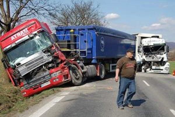 Nehoda štyroch kamiónov zahatala cestu pri Hlinnom vo Vranovskom okrese.