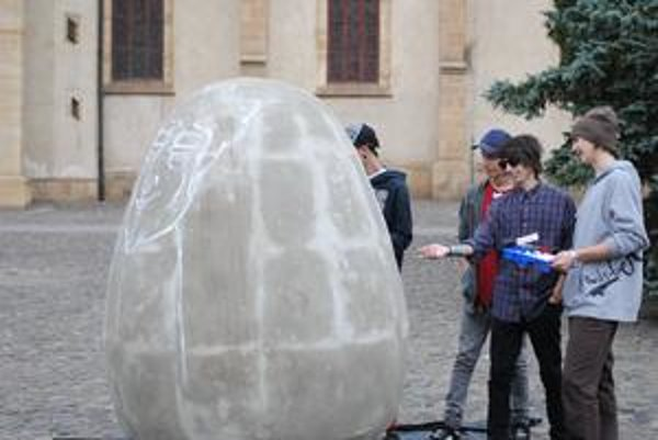 Veľkonočné vajce. Sprejeri sa púšťajú do práce.