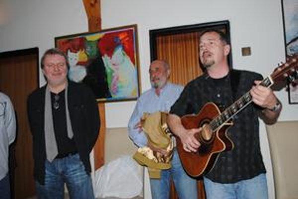 Umelci na vernisáži. Zľava maliar Baláž, sochár Pončák a hudobník Vřešťál.