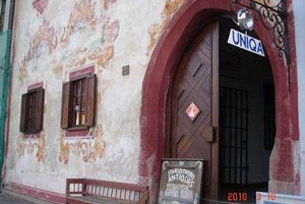 Radničné námestie č. 26. Starožitnosti v najkrajšej budove v historickom centre Bardejova sú minulosťou. Prichádza sekáč.