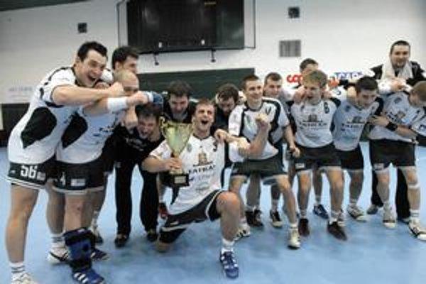 Prešovskí hádzanári preberú do klubovej vitríny ďalší pohár.