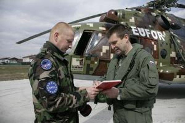 Major Malák (vpravo) podpisuje vzletový denník.