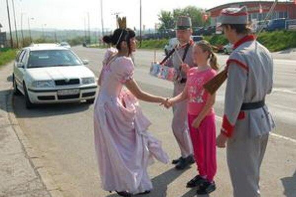 Anička Janáková. Colníci v dobových kostýmoch ju prekvapili.