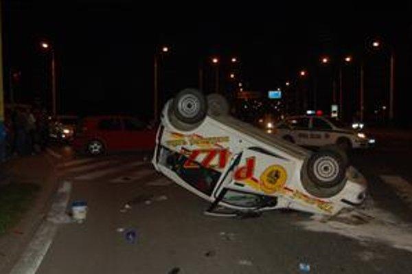 Nehoda. Nedávno bola na hlavnej križovatke nehoda, ktorú spôsobil vodič donáškovej služby.
