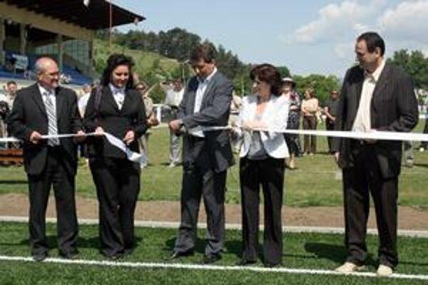 Sen skutočnosťou. Na ihrisko sa tešili hlavne futbalisti, pásku s P. Paškom však strihali aj ženy.