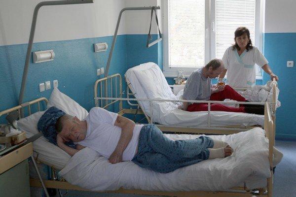 V prípade, že vám zamestnávateľ platí časť mzdy načierno, čakajte menej peňazí aj od Sociálnej poisťovne v prípade choroby.