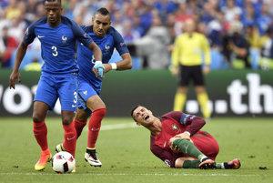 Cristiano Ronaldo (na zemi) psi zranenie privodil vo finále ME vo Francúzsku.