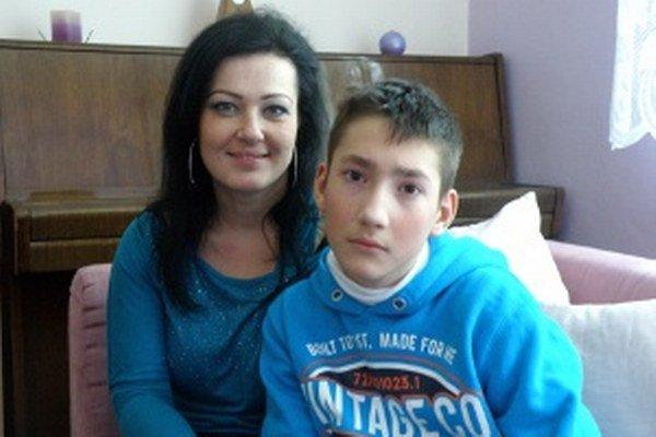 Mareka a jeho mamu potešila pomoc od cvičencov aerobiku.