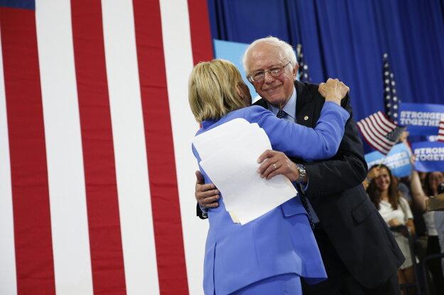 Sanders vystúpil po boku Clintonovej na mítingu v meste Portsmouth.