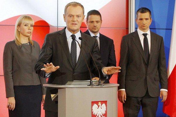 Poľský premiér Donald Tusko (v strede) siahol na druhý pilier.