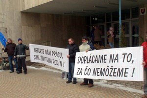 Pre spory mesta a priemyselného parku sa výroba v Blike zastavila už v januári 2010. Zamestnancom hrozila strata práce.