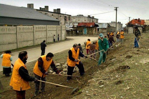 Už pred rokom na jar upravili okolie prístupovej cesty do svojej osady.