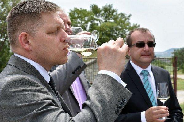 Na snímke prípitok pohárom vína vo firme Tokaj Macik Winery, vpravo poslanec NRSR Róbert Puci.
