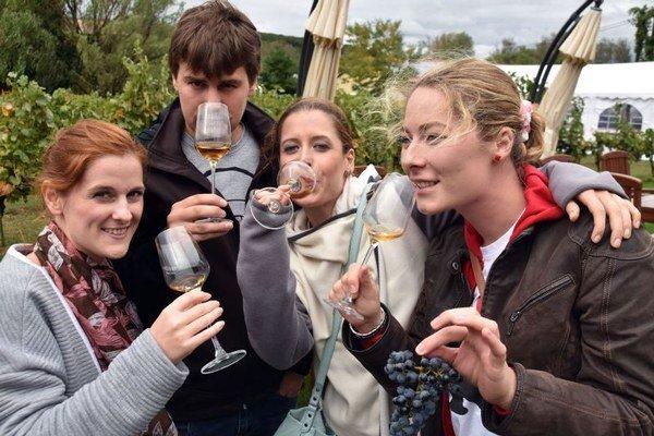 Na snímke návštevníci v areáli vinárstva a pivníc firmy J&J Ostrožovič vo Veľkej Tŕni.