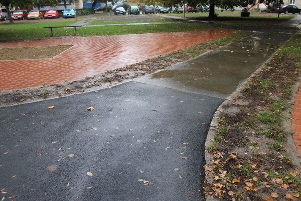 Opravené chodníky. Reklamovaný bol nekvalitný asfalt.