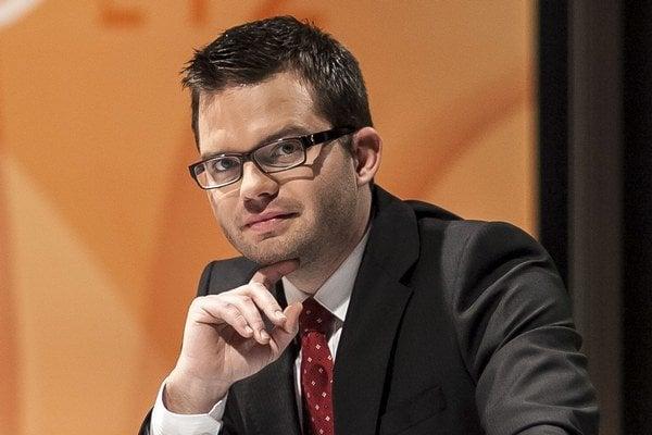 Martin Strižinec (31) vyštudoval žurnalistiku na Univerzity Komenského. Čítal správy v Rádiu Expres, odkiaľ odišiel do televízie TA3, kde moderoval správy a neskôr reláciu Debata. Od novembra je novým moderátorom O päť minút dvanásť.