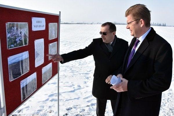 Zľava poslanec NR SR Róbert Puci a minister životného prostredia SR Peter Žiga pri infotabuli na mieste odstránenej skládky pri obci Novosad.