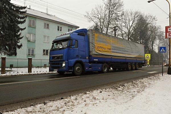 Kamióny rozbiehajú rýchlosť, alebo brzdia na Ulici kapitána Nálepku. Rovno pod oknami činžiakov.