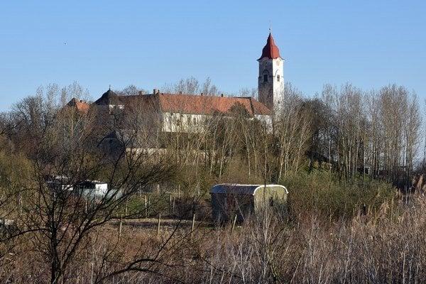 Pohľad na premonštrátsky kláštor v obci Leles.
