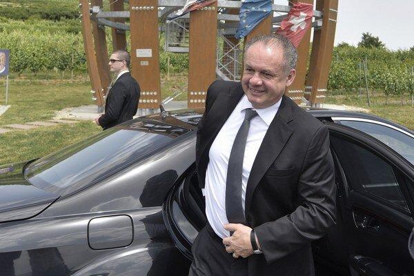 Prezident SR Andrej Kiska na prehliadke okolia pri vyhliadkovej veži Tokaj v obci Malá Tŕňa v rámci pracovného výjazdu do Trebišova a oblasti Tokaj.