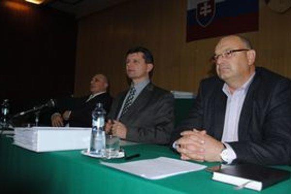 Vedenie mesta. Primátor Marián Kolesár (v strede) tvrdí, že mesto vynakladá enormné úsilie, aby bolo v sporoch úspešné.