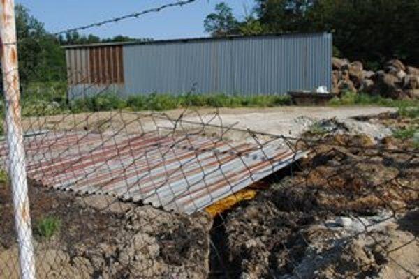 Prikrytá jama v areáli firmy, do ktorej liali odpad.