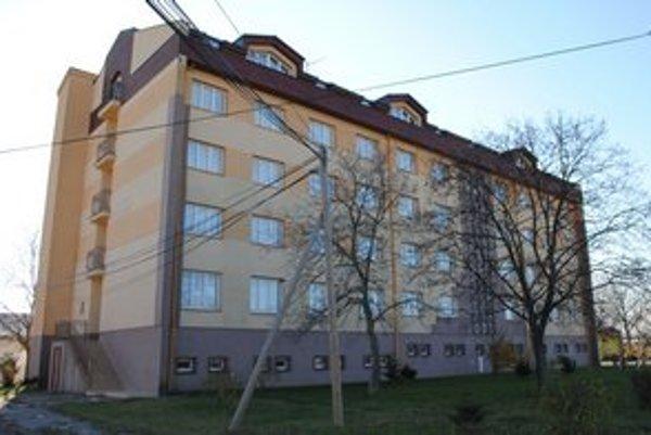 Bývalá vojenská ubytovňa bude slúžiť ako prechodné ubytovanie pre Trebišovčanov, ktorí sa ocitli v krízových životných situáciách.