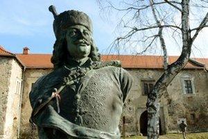 Busta Františka Rákocziho II. stála donedávna pred kaštieľom v Borši.