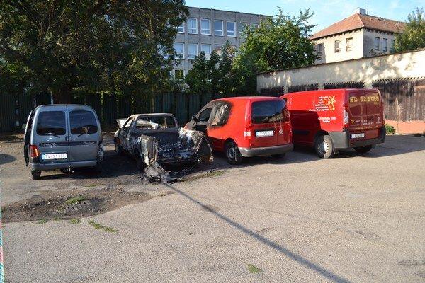 Auto zhorelo do tla. Požiar poškodil aj vedľa stojace vozidlá.