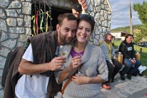 Hold vínu. Tokajské víno je podľa snúbencov Ivany a Braňa paráda.