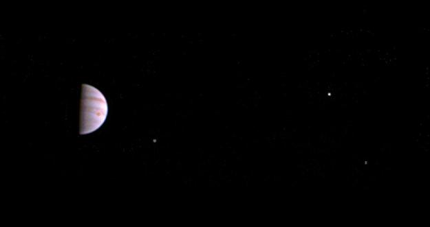 Farebný záber zo sondy Juno je zložený z niekoľkých prvých snímok, ktoré urobil teleskop JunoCam po vstupe na obežnú dráhu Jupitera.