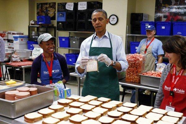 Prezident Barack Obama rozdával jedlo chudobným so zamestnancami, ktorí majú pre odstávku neplatené voľno.