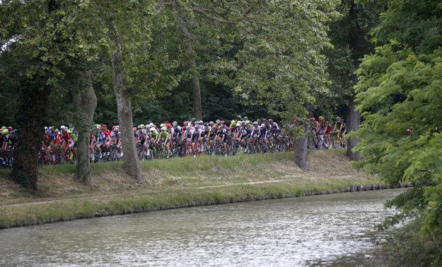 Hoci sa jedenásta etapa ide prevažne po rovine, cyklistom spôsobuje veľké problémy vietor.
