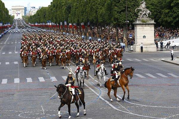 Vojenská prehliadka na Champs-Élysée pri príležitosti osláv Dňa Bastily.