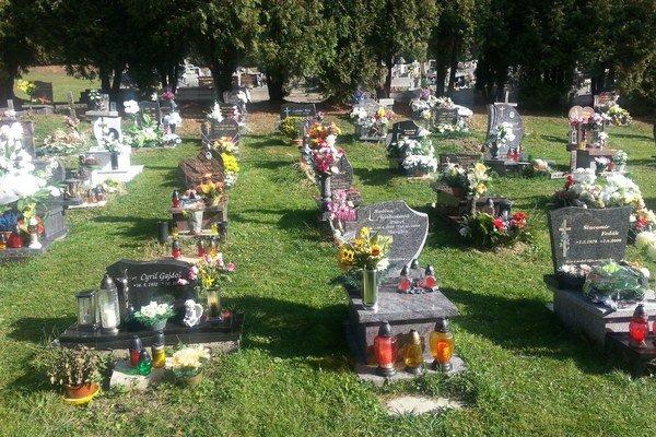 Anglický spôsob pochovávania. Kamenné pomníčky vystriedajú kríže.