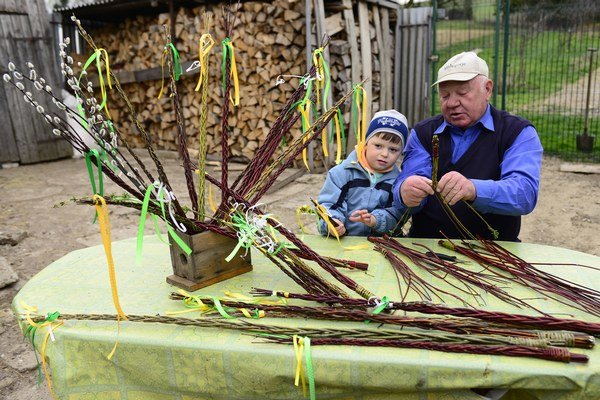 Dôchodca Emil Novysedlák našiel záľubu v pletení prútených veľkonočných korbáčov.