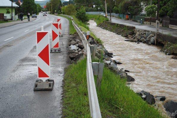 Poškodená cesta 1. triedy v Lipanoch.