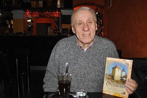 Štefan Staviarsky s novou knihou.
