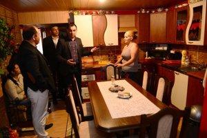 Tretí zľava splnomocnenec vlády pre rómske komunity Peter Pollák v dome rodiny Červeňákovcov v rómskej osade v obci Tichý Potok.