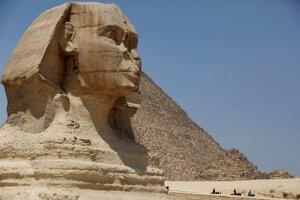 Letecká doprava v Egypte v minulých týždňoch klesla asi o polovicu a niektoré lietadlá v krajine pristávajú takmer prázdne.  Pokles počtu turistov ovplyvnil aj životnú úroveň mnohých Egypťanov, ktorí si v odvetví turizmu zarábajú na živobytie.
