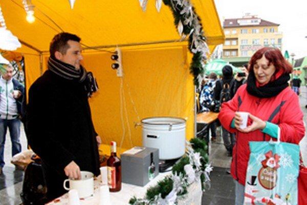 Primátorský punč ponúkal v stánku na Námestí slobody aj hovorca Prievidze Michal Ďureje.