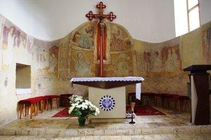 Interiér. V svätyni sú gotické maľby.