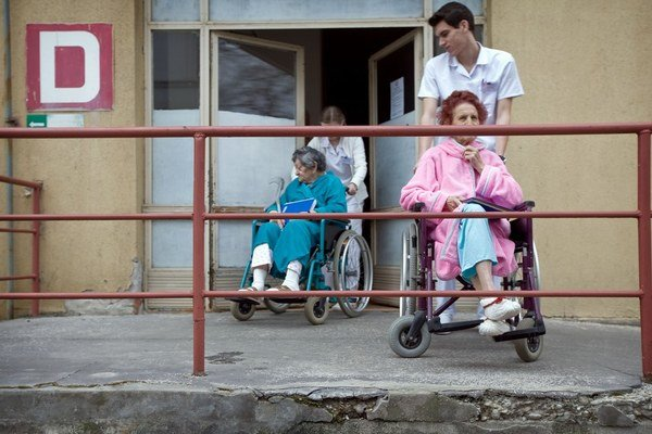 Zamestnanci v zdravotníctve pochybujú o výhodách jednej zdravotnej poisťovne.
