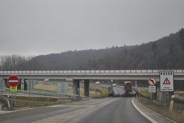 Napojenie na diaľnicu. Pomohlo by infraštruktúre regiónu.