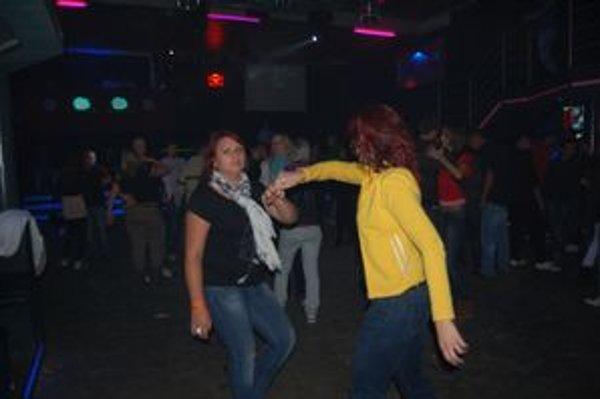V Kamenici sa na diskotéke zabávala plná sála mladých.