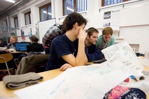 Absolventi s titulom často berú pozície, kde stačí maturita.