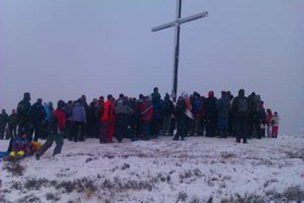 Výstup na Minčol. Tohto roku naň na Silvestra vystúpilo 250 ľudí.