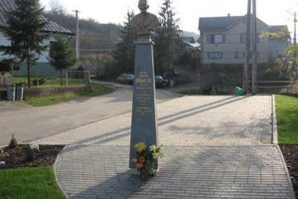 Busta. Oproti miestnej fare je pamätný park s bustou  Augustína  Roškovániho.