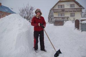 Jana Chovancová z Polomy. Odhŕňala sneh spred domu každú chvíľu.
