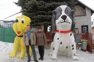 Figurovci. Každoročne ich priedomie zdobia snežné sochy v nadživotných veľkostiach.